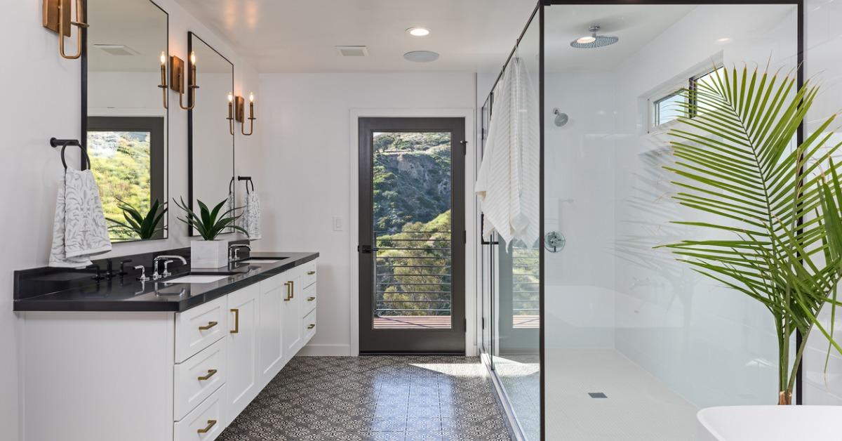 beautiful-modern-bathroom-picture-id1036309754