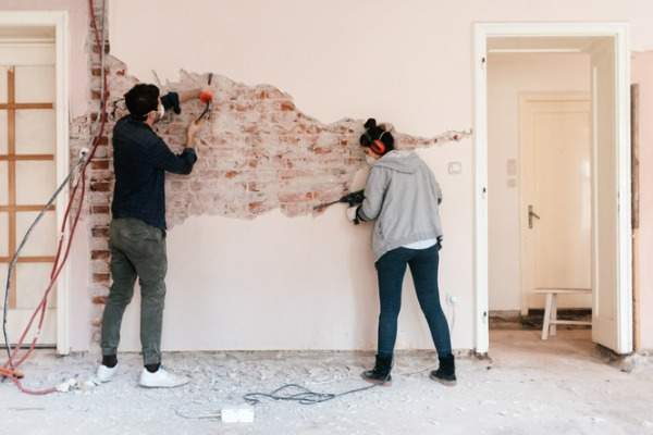 couple-working-on-reconstruction-of-their-apartment-picture-id1131420200