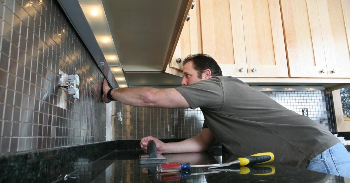 installing-kitchen-backsplash